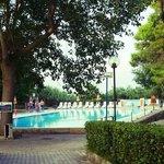 La bellissima piscina vista dalla stradina che la collega al villaggio