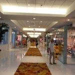 Corridoio con negozi e ristoranti