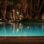 une vue de la piscine le soir