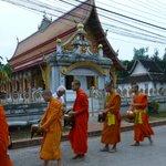 La procession des moines juste derrière la maison d'hôtes