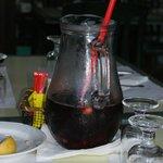 Zalige sangria in het restaurant van het zwembad van ons park Quinta