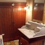 Toilette et salle de baion d'une des chambres