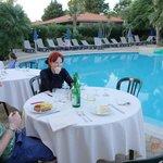 table restaurant vue sur piscine
