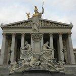 Vista frontal do Parlamento Austríaco