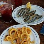 Espetos de sardinas y calamares