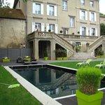 tuin met terras en zwembad