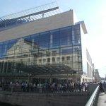 Новое здание и отражение старого Мариинского театра