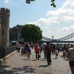 T.v. Tower of London. Rakt Fram hotellet. T.h. Tower Bridge