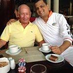 Pedro desayunando con Bruno