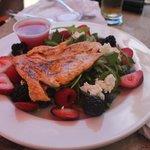 A Fresh Salmon Salad cai muito bem com um bom pinot noir.