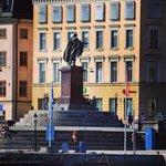 Памятник у дворца