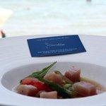 Versión de la ensalada tradicional de tomate y atún