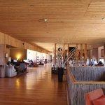 Vista do salão e bar da recepção do hotel