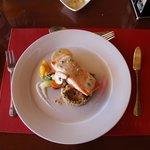 Delicioso salmão servido no restaurante