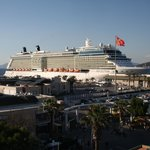 Blick vom Dach auf den Schiffs-Anleger (Zoom)