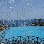 Petit cascade donnant dans la piscine principale