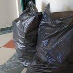 Müllsäcke im Bereich der Nähe zum Speisesaal