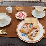 la splendida colazione, tazze abbondanti di latte