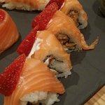 Ayaka med friterte mandler, kremost, laks og jordbær