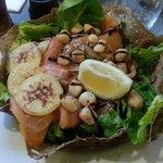 Salade avec saumon fumé et pétoncles