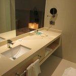 Amplo banheiro com todo o necessário para conforto