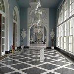 Corredor de acesso aos salões do Hotel Quitandinha