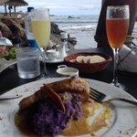 Atún con puré de camote y un rico Pomelo Sour
