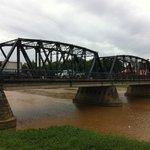 Δίπλα στη γεφυρα