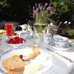 завтрак в летнем саду