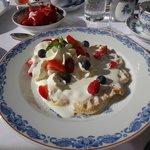 вафли ручной работы на завтрак со сливками и ягодами