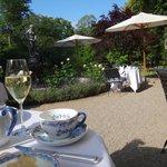 завтрак в саду