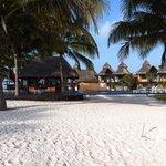 bar entre la plage et une des piscines