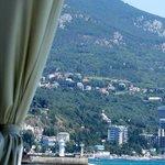 Вид на ялтинский маяк с террасы ресторана