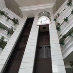 Le hall avec ses ascenseurs