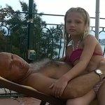 Relax nel solarium della piscina panoramica