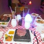 Мясо на камнях в стейк хаусе
