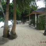 Пляж у бунгало