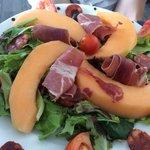 Salade estivale du menu à 24€ Très très bonne, produits très frais !