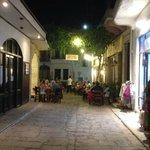 Alcuni esempi di taverne a Panormos, non distanti dall'albergo