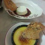 Crème brulée à la vanille et faisselle au coulis de fruits rouges