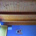 Dettaglio del soffitto in travi di legno