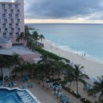 Desde el balcón de la habitación, vista a la pileta y playa