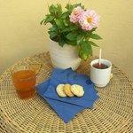 Café y té en la terraza acompañado por deliciosas galletas