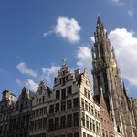 La Grand Place d'Anvers : au fond, la tour de la cathédrale