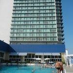 Vista del hotel desde la piscina