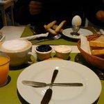 Café colombiano, tostadas, jugo