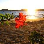 Spiaggia dell'Hotel con tramonto sull'Isola di Sakatia
