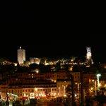 Le Suquet la nuit vue du port de Cannes