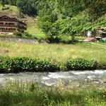 L albergo visto dalla parte opposto del fiume sul sentiero per passeggiate ( il fiume è rilassan
