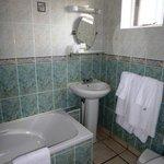 Compact en suite bathroom